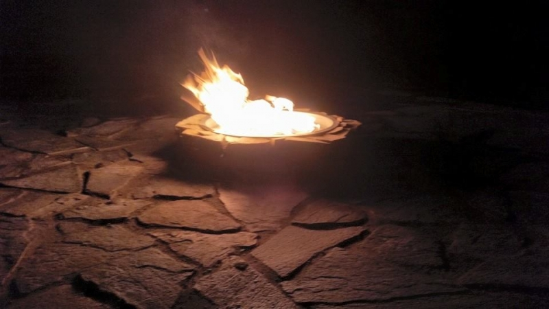 Raised flagstone firepit